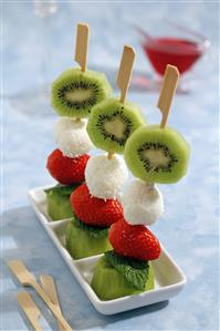 Brochetas de queso al coco y frutas. Receta disponible TR