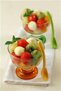 Bolas de queso fresco y fruta con miel. Receta disponible.